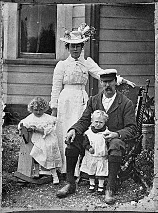 Byron Paul Brown with his wife, Susie, and their daughter and son, about 1900 (Mary-Annette Hay Collection PA Coll-7083 ATL)