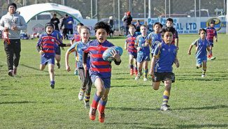 Tana Faumuina. races away to score in the U8 Rahui vs Feilding game. (Click for full size)